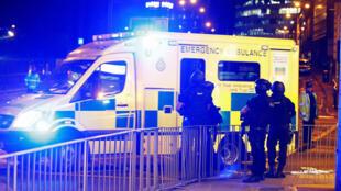 Um homem-bomba detonou uma carga explosiva ao final de um show da cantora pop Ariana Grande em Manchester na segunda-feira (22) à noite.
