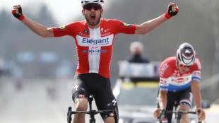 Danois Kasper Asgreen franchit en vainqueur la ligne d'arrivée du Tour des Flandres, le 4 avril 2021 à Oudenaarde