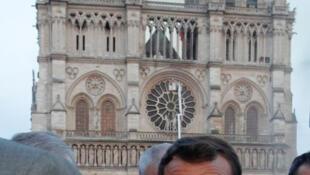 馬克龍在聖母院前表情凝重