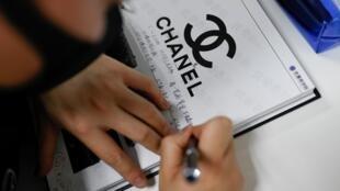 Un ojo experto para determinar la autenticidad de un bolso de mano Chanel es un oficio cada vez más buscado en el mercado del lujo de segunda mano rn pleno auge en China