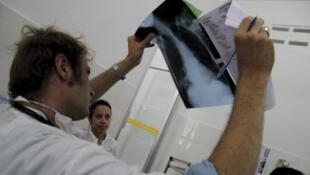 Un médecin de MSF examinant la radio d'un patient atteint de tuberculose à l'Hôpital provincial de Kampong Cham.