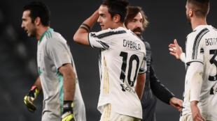 La joie de l'attaquant argentin de la Juventus Turin, Paulo Dybala, et de son entraîneur, Andrea Pirlo, après la victoire, 2 buts à 1 face à Naples, lors de leur match de Série A, le 7 avril 2021 à Turin