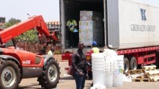 Un camion de l'OMS apportant des fournitures médicales d'urgence pour face à l'épidémie d'Ebola, à Conakry, le 23 mars 2014.