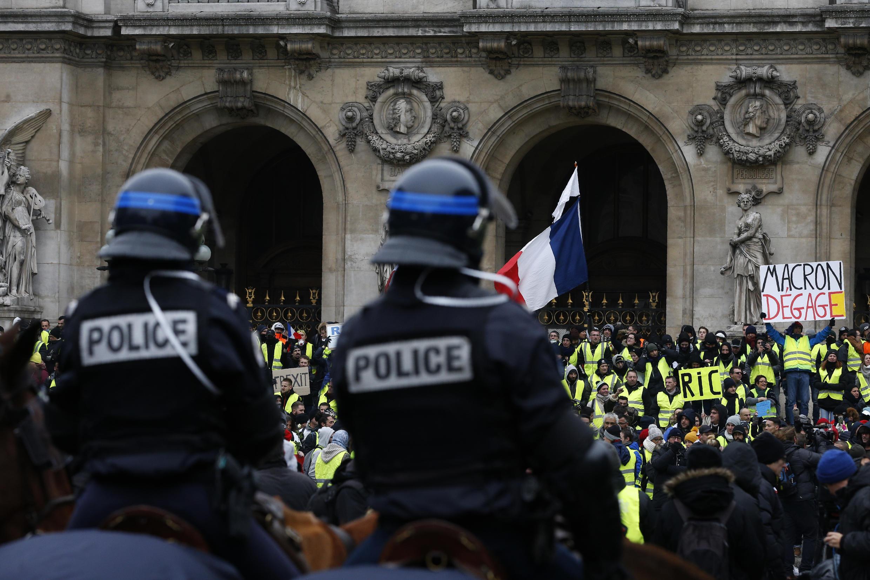 Des policiers face aux «gilets jaunes» à Paris, le 15 décembre 2018.