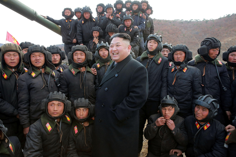 Kim Jong Un phô trương sức mạnh quân sự. Ảnh do KCNA cung cấp ngày 01/04/2017.