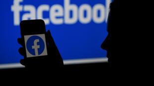 El logo de Facebook en un teléfono inteligente, el 7 de abril de 2021