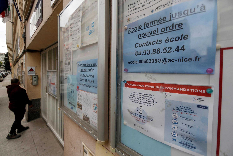 Thông báo đóng cửa trường học kể từ ngày 16/03/2020 để kềm chế đà lây lan của dịch Covid-19. Ảnh chụp tại một trường ở Nice ngày 13/02/2020.