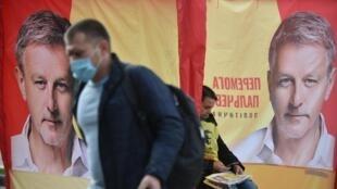 L'épidémie de Covid-19 est un des enjeux des élections locales en Ukraine. Ici, un passant devant une affiche électorale, à Kiev le 23 octobre 2020.