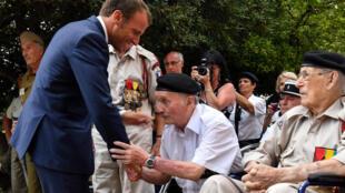 Tổng thống Pháp Emmanuel Macron bắt tay cựu chiến binh nhân lễ kỷ niệm lần thứ 75 cuộc đổ bộ ở Provence vào Thế Chiến II. Ảnh tại Bormes-les-Mimosas, ngày 17/08/2019.