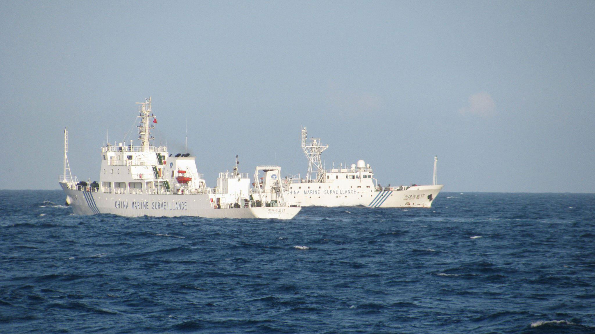 Tàu hải giám Trung Quốc số 84 và số 17 trên Biển Đông. Ảnh chụp ngày 26/05/2011 ngoài khơi tỉnh Phú Yên (miền Trung Việt Nam)