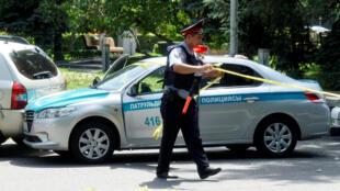 به دنبال این تیراندازی، پلیس برخی از خیابانهای اصلی شهر آلماتی را بسته است