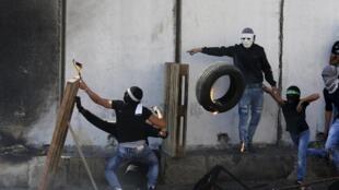 Confrontos entre jovens palestinianos e forçes israelitas num check-point entre o campo de Chuafat et Jerusalém, a 9 de outobro de 2015.
