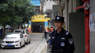 Policías en la entrada de la escuela, este 26 de octubre de 2018 en Chongqing.