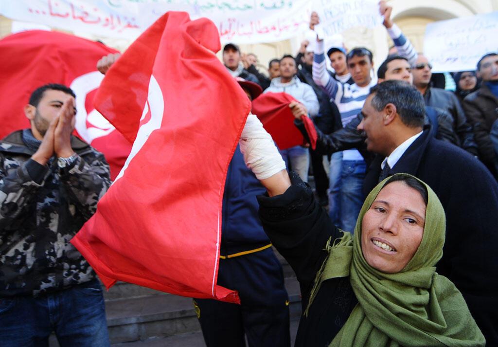 Les Tunisiens célèbrent l'anniversaire du premier mois de leur révolution le 14 février 2011 à l'avenue Habib Bourguiba à Tunis.