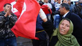 Tunecinos celebrando el primer mes de su revolución, el 14 de febrero de 2011.
