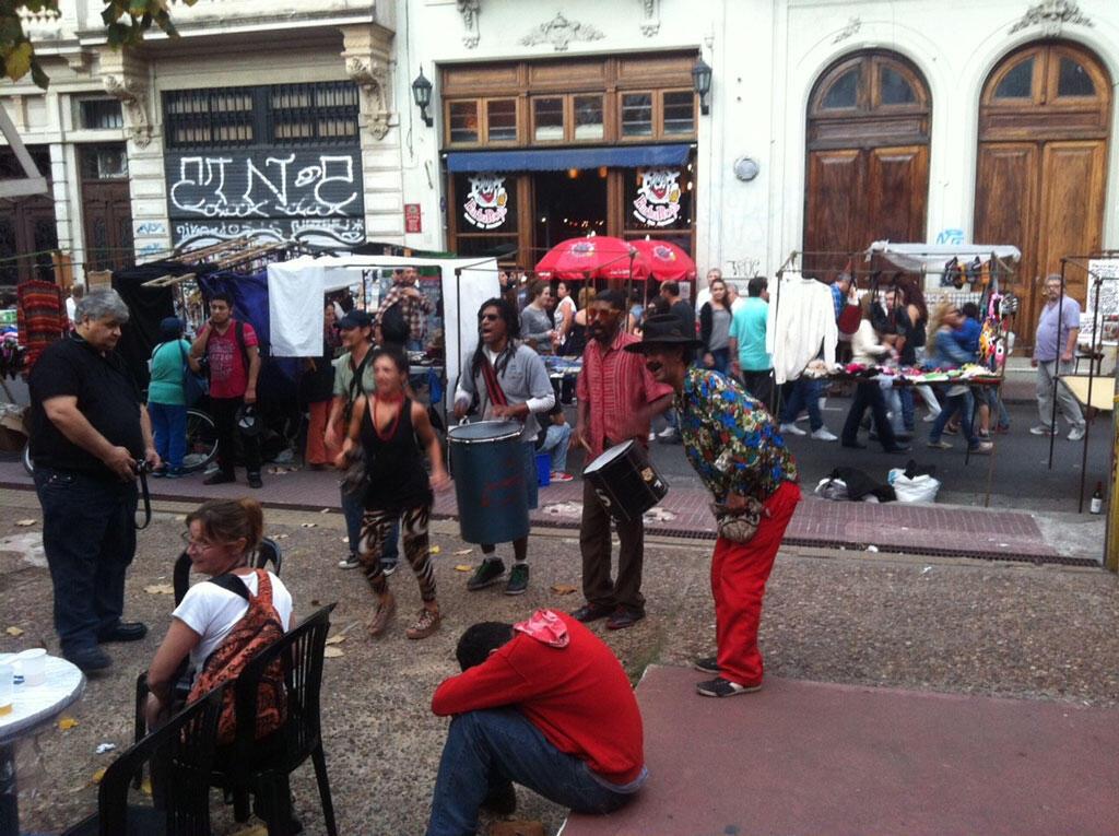 Afrodescendientes tocando tambores en el barrio San Telmo de Buenos Aires.