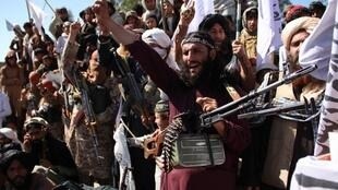 des-talibans-afghans-celebrant-l-accord-mettant-fin-au-conflit-avec-les-etats-unis-le-2-mars-2020-dans-la-province-de-laghman-en-afghanistan_6314504