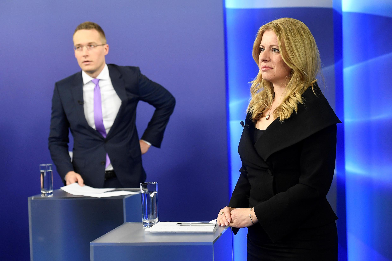 Os candidatos presidenciais da Eslováquia Zuzana Caputova e Maros Sefcovic se preparam para um debate televisionado antes do segundo turno das eleições, no estúdio TV Markiza em Bratislava, Eslováquia, 26 de março de 2019