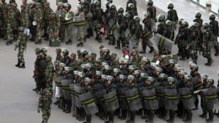 连续发生两起血腥攻击事件后, 新疆喀什街头的防暴警察, 2011年8月2日。