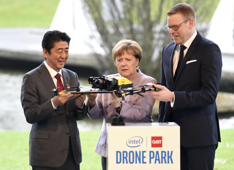 លោក Abe និងលោកស្រី Merkel កំពុងពិនិត្យមើលឧបករណ៍ដ្រូន បច្ចេកវិទ្យាចុងក្រោយ