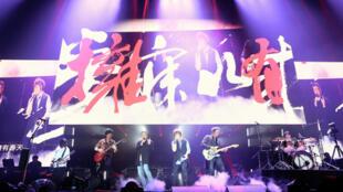 李宗盛(右4)2018年3月2日應邀擔任樂團五月天巡迴演唱會巴黎場嘉賓。右起為鼓手冠佑、吉他手石頭、主唱阿信、貝斯手馬莎(左起)、吉他手怪獸。