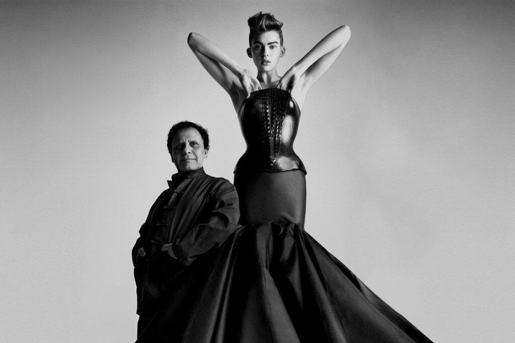 Azzedine Alaïa et un modèle lors d'une exposition qui lui était consacrée en 2013.