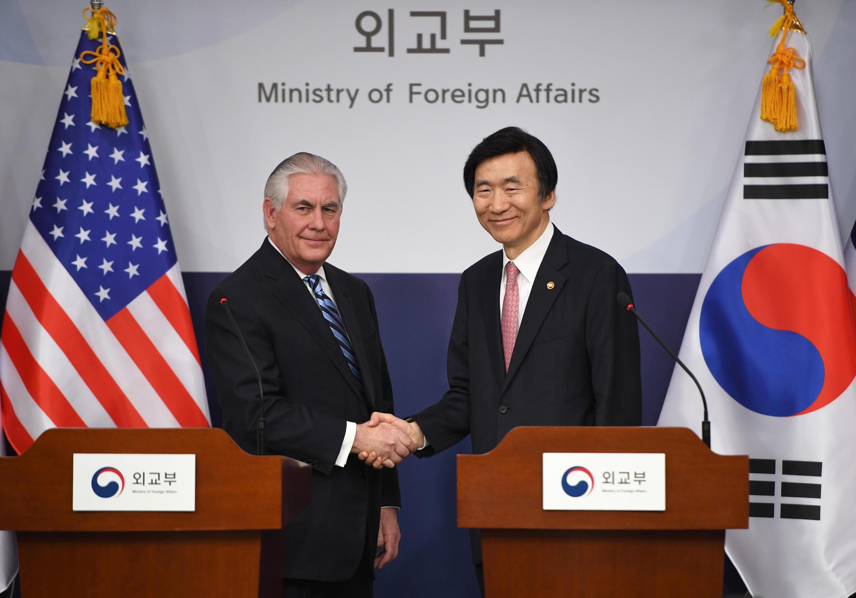 """رکس تیلرسون""""، وزیر امور خارجه آمریکا، در دیدار با همتای کره ای خود."""