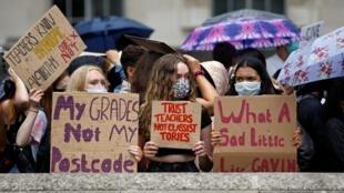 Des étudiants britanniques protestant contre les décisions prises par le gouvernement, à Londres, le 16 août 2020.