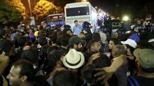 Người tị nạn chen nhau lên xe bus tại Croatia để được đưa qua Áo.