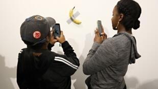 Le «comédien» de Maurizio Cattelan présenté par la galerie Perrotin et à l'affiche à Art Basel Miami 2019 au Miami Beach Convention Center le 6 décembre 2019 à Miami Beach, en Floride.