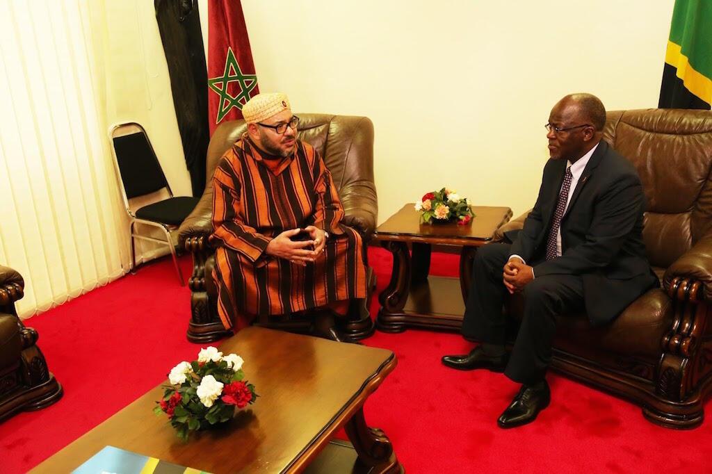 Mfalme wa 6 wa Morocco (kushoto) akiwa na mwenyeji wake Rais wa Tanzania, John Pombe Magufuli (kulia). 23 October 2016.