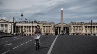 Ruas de Paris foram tomadas por pedestres e ciclistas, como a praça da Concorde, no centro da capital francesa.