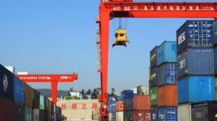 Chineses retaliam medidas americanas e anunciam novas tarifas sobre produtos vindos dos Estados Unidos.