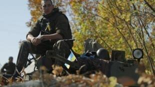 Policial ucraniano postado em um checkpoint na cidade de Popasna no oeste da Ucrânia.