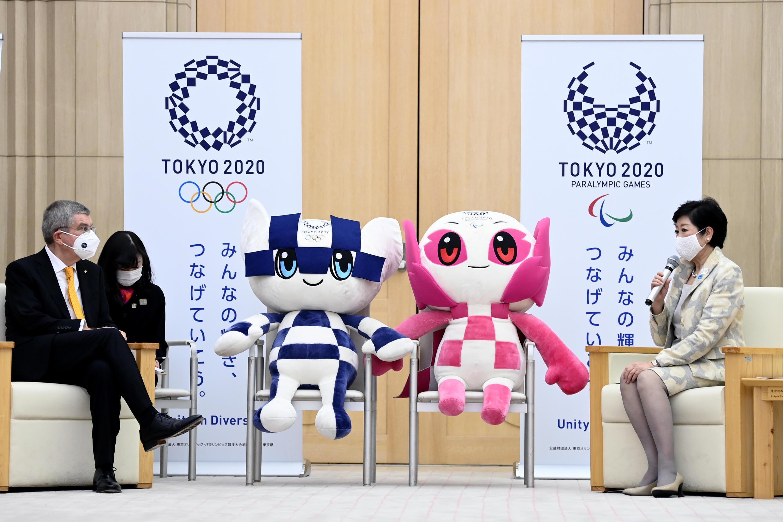 Глава МОК Томас Бах и мэр Токио Юрико Коикэ, ноябрь 2020 года.