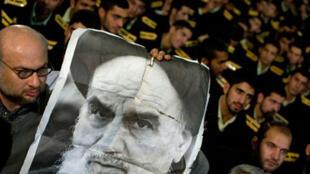 Des fidèles brandissent le portrait de l'imam Khomeiny, lors de la célébration du 30e anniversaire de la Révolution islamique en Iran, samedi 31 janvier 2008, au cimetière de Behesht Zahra, au sud de Téhéran.