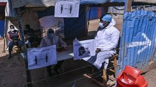 Un stand dédié au dépistage des étudiantes et des invités entrant à Kibera School for Girls à l'entrée de l'école du bidonville de Kibera à Nairobi, le 7 août 2020. L'OMS et l'Unicef sont en faveur de la réouverture des écoles.