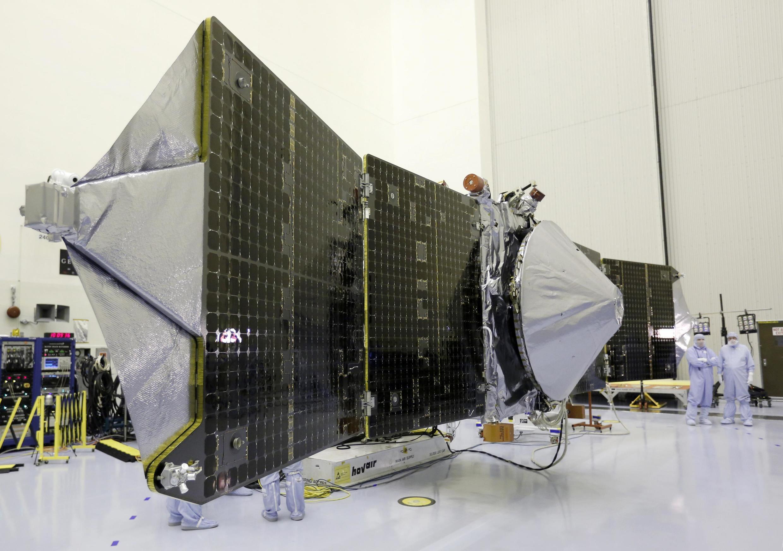 Các chuyên gia NASA đang lắp ráp Vệ tinh thám hiểm sao Hỏa MAVEN, Trung tâm Không gian Cape Canaveral, Florida, Hoa Kỳ, 27/09/2013