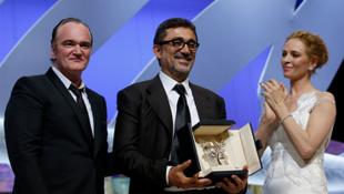 O diretor Nuri Bilge Ceylan (ao centro), com a Palma de Ouro, ao lado do cineasta Quentin Tarantino e da atriz Uma Thurman.