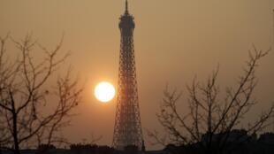 A torre Eiffel completa 125 primaveras.