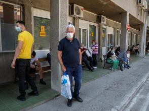 Des personnes attendent devant un hôpital de Belgrade pour se faire tester au Covid-19, le 26 juin 2020.