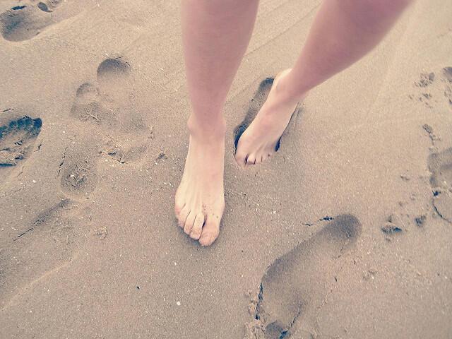 Sentir la arena al caminar puede ser un ejercicio sencillo de mindfulness...