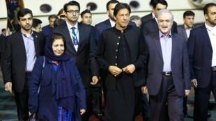 ورود عمران خان، نخست وزیر پاکستان در صدر یک هیات بلندپایه سیاسی، اقتصادی به فرودگاه مهرآباد تهران. یکشنبه اول اردیبهشت/ ٢١ آوریل ٢٠۱٩