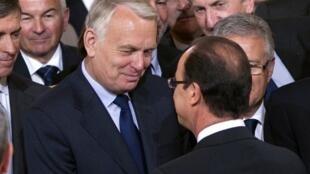 Jean-Marc Ayrault (G) et François Hollande en conversation à l'Elysée, le 15 mai 2012, pendant la cérémonie d'investiture du nouveau président.