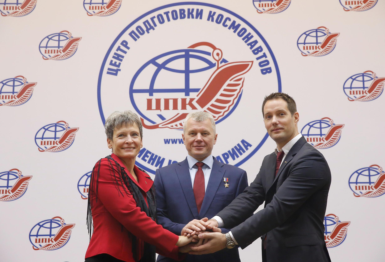 L'équipage qui prendra le chemin de l'ISS en novembre prochain. De gauche à droite: Peggy Whitson, Oleg Novitsky et Thomas Pesquet. Centre d'entraînement Gagarin, Cité des étoiles, le 26 octobre 2016.