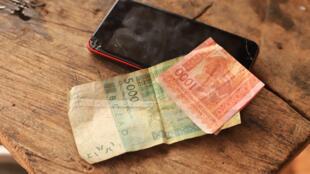 Deux billets de 5000 et 1000 Franc CFA de la BCEAO en Afrique de l'Ouest.