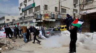 Des manifestants palestiniens chassés par les gaz lacrymogènes des soldats israéliens, à Hébron, le 16 février 2018. (Photo d'illustration)