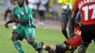 Obafemi Martins (g) et les Nigérians ont longtemps buté sur la défense du Mozambique.