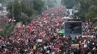 Dubban 'yan Iraqi magoya bayan fitaccen malami Moqtada al-Sadr, yayin zanga-zangar neman korar sojojin Amurka daga kasar, a birnin Bagadaza. 24/01/2020.