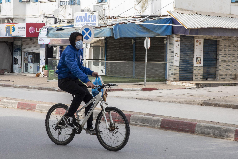 À Tunis, les usagers profitent des rues désertes pour se déplacer à vélo.